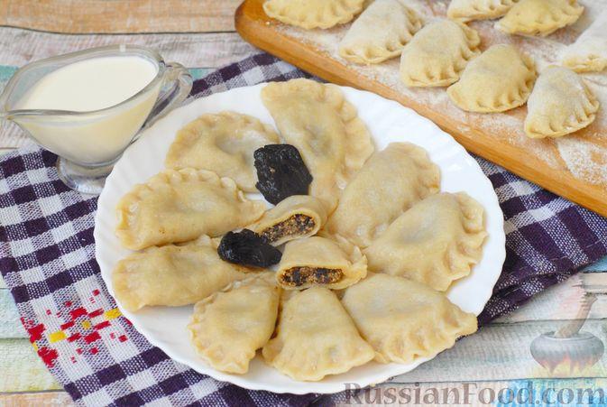 Фото к рецепту: Вареники с черносливом и творогом