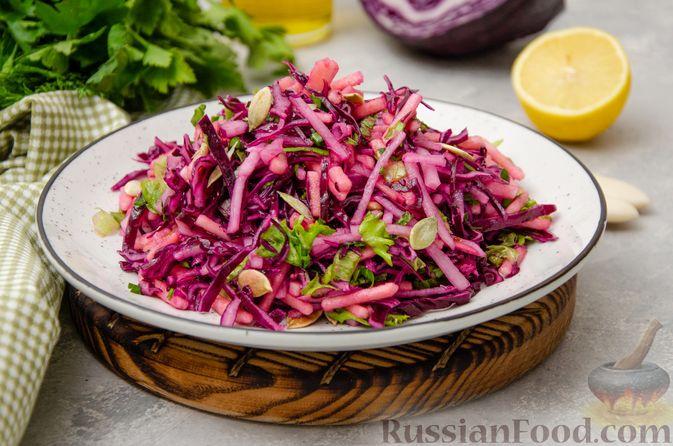 Фото к рецепту: Салат из краснокочанной капусты с редькой, яблоком и тыквенными семечками