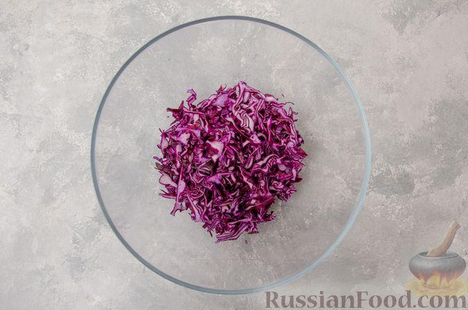 Фото приготовления рецепта: Салат из краснокочанной капусты с редькой, яблоком и тыквенными семечками - шаг №3