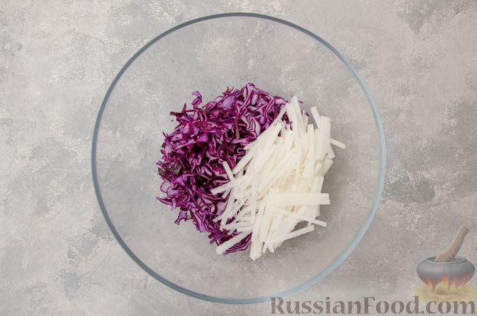 Фото приготовления рецепта: Салат из краснокочанной капусты с редькой, яблоком и тыквенными семечками - шаг №4