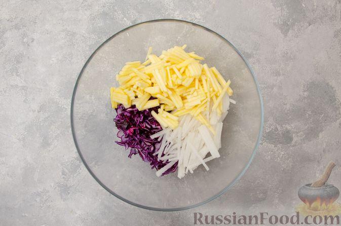 Фото приготовления рецепта: Салат из краснокочанной капусты с редькой, яблоком и тыквенными семечками - шаг №5