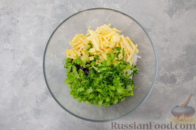 Фото приготовления рецепта: Салат из краснокочанной капусты с редькой, яблоком и тыквенными семечками - шаг №6