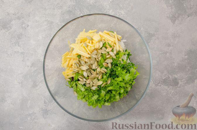 Фото приготовления рецепта: Салат из краснокочанной капусты с редькой, яблоком и тыквенными семечками - шаг №7
