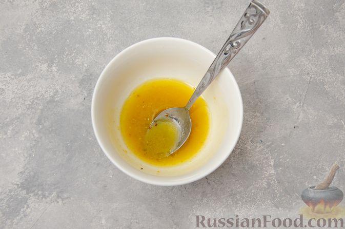 Фото приготовления рецепта: Салат из краснокочанной капусты с редькой, яблоком и тыквенными семечками - шаг №8