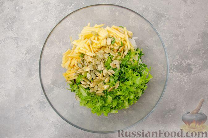 Фото приготовления рецепта: Салат из краснокочанной капусты с редькой, яблоком и тыквенными семечками - шаг №9