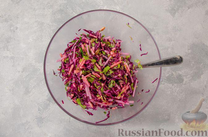 Фото приготовления рецепта: Салат из краснокочанной капусты с редькой, яблоком и тыквенными семечками - шаг №10