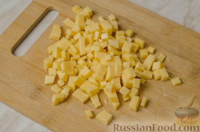 Фото приготовления рецепта: Мясной салат с картофелем, помидорами, солёными огурцами и сыром - шаг №4