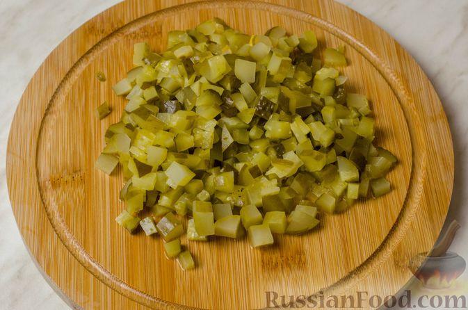Фото приготовления рецепта: Мясной салат с картофелем, помидорами, солёными огурцами и сыром - шаг №5