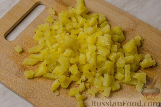 Фото приготовления рецепта: Мясной салат с картофелем, помидорами, солёными огурцами и сыром - шаг №7