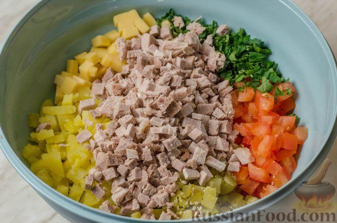 Фото приготовления рецепта: Мясной салат с картофелем, помидорами, солёными огурцами и сыром - шаг №10
