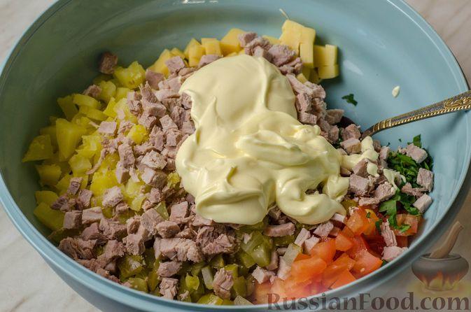 Фото приготовления рецепта: Мясной салат с картофелем, помидорами, солёными огурцами и сыром - шаг №11