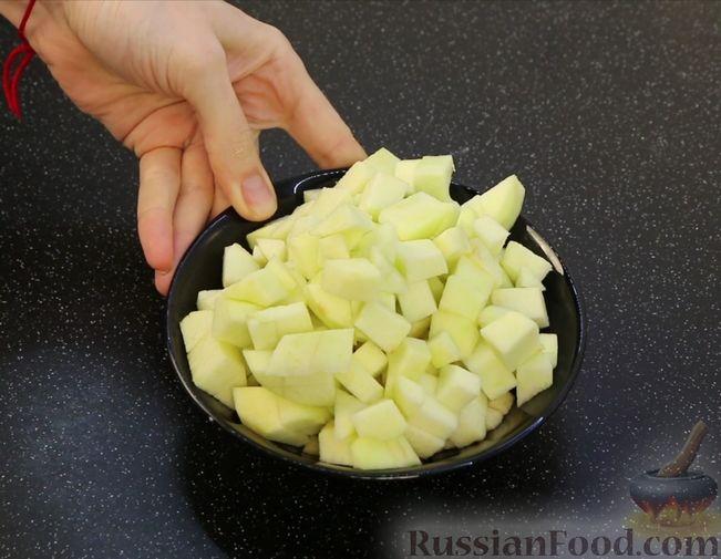 Фото приготовления рецепта: Творожная запеканка с яблоками, изюмом и курагой - шаг №5