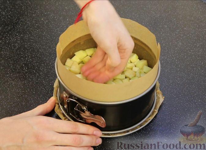 Фото приготовления рецепта: Творожная запеканка с яблоками, изюмом и курагой - шаг №7