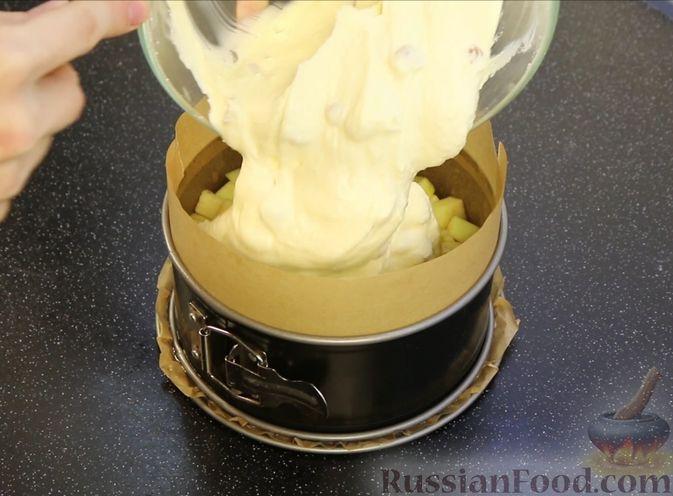 Фото приготовления рецепта: Творожная запеканка с яблоками, изюмом и курагой - шаг №8