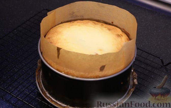 Фото приготовления рецепта: Творожная запеканка с яблоками, изюмом и курагой - шаг №10