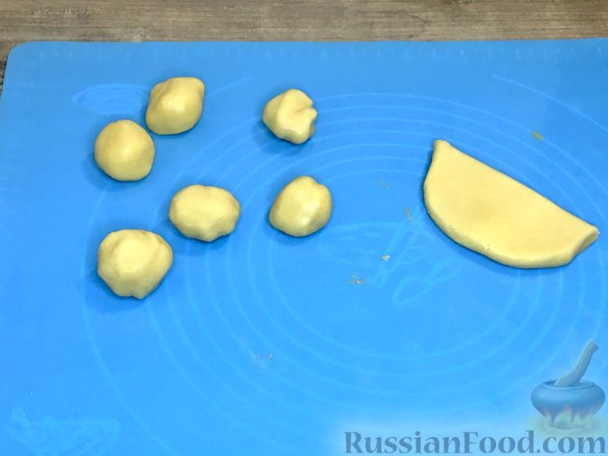 """Фото приготовления рецепта: Пирожные """"Корзиночки"""" с лимонным заварным кремом и безе - шаг №21"""