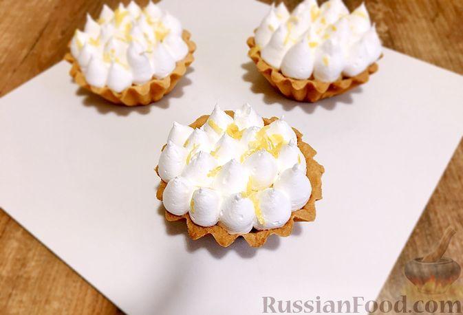"""Фото приготовления рецепта: Пирожные """"Корзиночки"""" с лимонным заварным кремом и безе - шаг №35"""