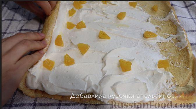 Фото приготовления рецепта: Бисквитный апельсиновый рулет - шаг №7