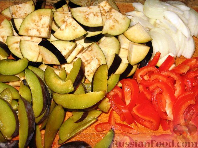 Фото приготовления рецепта: Сливово-баклажанный салат - шаг №2