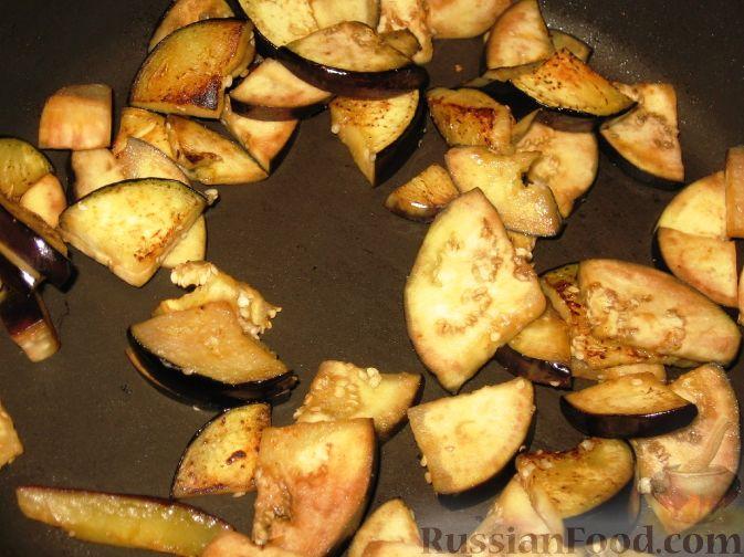 Фото приготовления рецепта: Сливово-баклажанный салат - шаг №4
