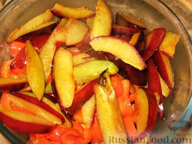 Фото приготовления рецепта: Сливово-баклажанный салат - шаг №6