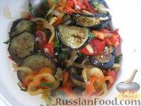Фото приготовления рецепта: Салат на зиму из баклажанов, сладких перцев и помидоров - шаг №5