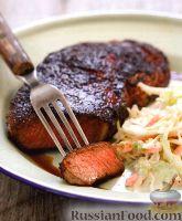 Фото к рецепту: Жареные стейки с капустным салатом