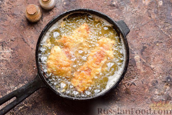 Фото изготовления рецепта: Сосиски в кляре, жаренные во фритюре - шаг №6