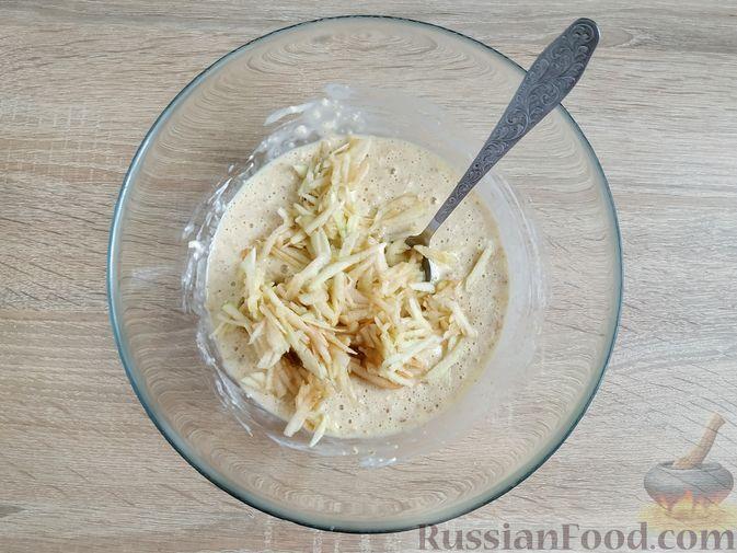 Фото изготовления рецепта: Овсяно-яблоковые маффины на кефире, с мёдом - шаг №9