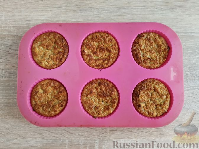 Фото изготовления рецепта: Овсяно-яблоковые маффины на кефире, с мёдом - шаг №12