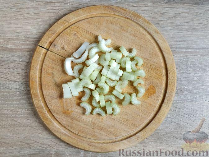 Фото изготовления рецепта: Смузи из моркови и сельдерея, с апельсинным соком и мёдом - шаг №2