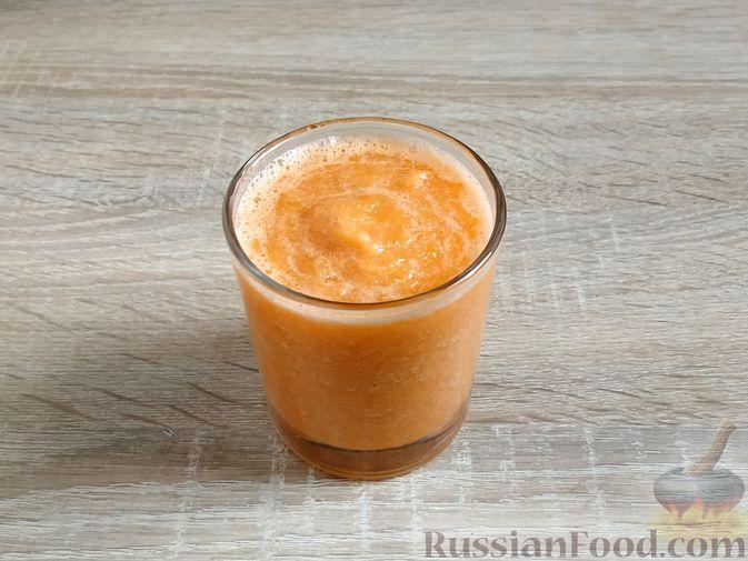 Фото изготовления рецепта: Смузи из моркови и сельдерея, с апельсинным соком и мёдом - шаг №7