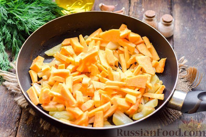 Фото изготовления рецепта: Жареная картофель с тыквой и курицей - шаг №8