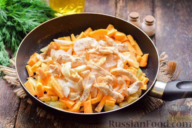 Фото изготовления рецепта: Жареная картофель с тыквой и курицей - шаг №10