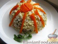 Фото к рецепту: Слоеный салат с курицей, яблоками и орехами