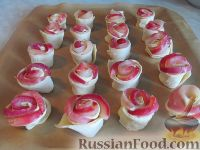 Фото приготовления рецепта: Слоеные розочки с яблоком - шаг №5