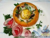 Фото к рецепту: Яичница с ветчиной и грибами в помидоре