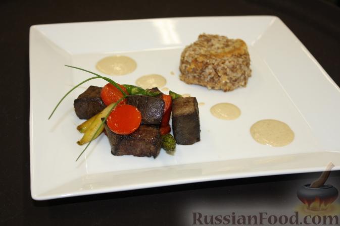Рецепт Говяжьи кубики с болгарским перцем, спаржей, пудингом из гречки и соусом из белых грибов
