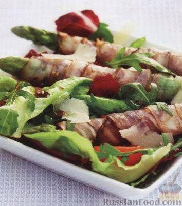 Рецепт Спаржа с беконом, листовым салатом и помидорами