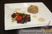 Фото к рецепту: Говяжьи кубики с болгарским перцем, спаржей, пудингом из гречки и соусом из белых грибов
