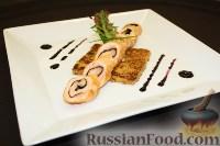 Фото к рецепту: Рулет из лосося на подставке из блинчика с апельсинами, с соусом из черники и имбиря