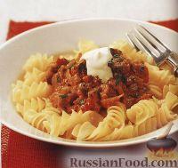 Фото к рецепту: Паста фузилли (макароны-спиральки) с гуляшом