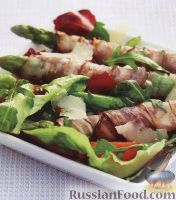 Фото к рецепту: Спаржа с беконом, листовым салатом и помидорами