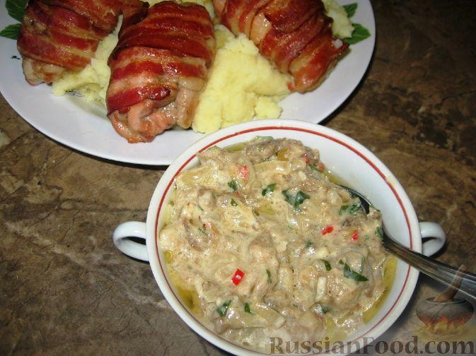 Рецепт Куриные бедрышки в беконе с баклажанным соусом