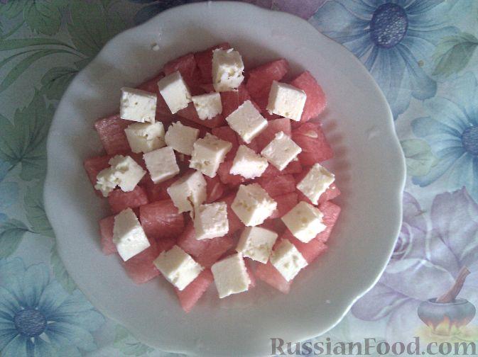 Фото приготовления рецепта: Салат из арбуза и брынзы - шаг №2