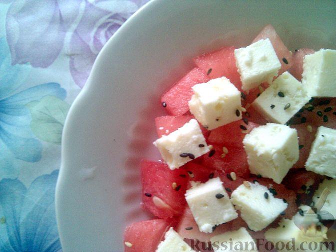 Фото приготовления рецепта: Салат из арбуза и брынзы - шаг №3