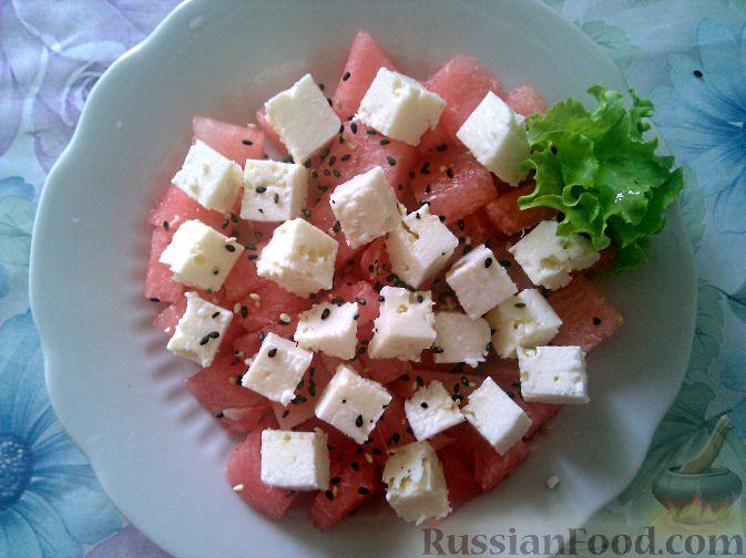 Фото приготовления рецепта: Салат из арбуза и брынзы - шаг №4
