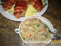 Фото к рецепту: Куриные бедрышки в беконе с баклажанным соусом