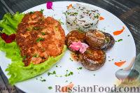 Фото к рецепту: Куриная отбивная с рисом и запеченными грибами