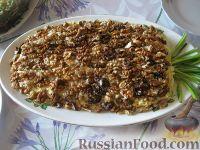 """Фото к рецепту: Салат """"Ананас"""" из курицы, с орехами и сыром"""